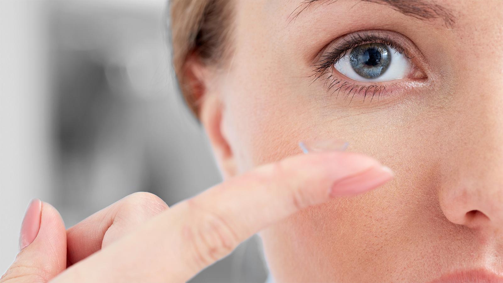 frau-contactlinse-finger